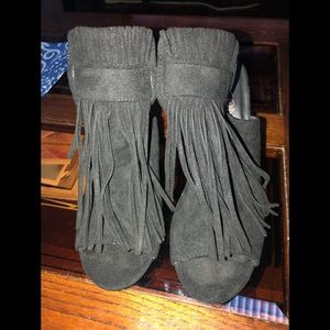 Shoes suede open toe with side snaps and fringes.